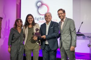 fernandorivero-ditrendia-digital-awardzz-2016-entraga-premio-a-la-ocu-2