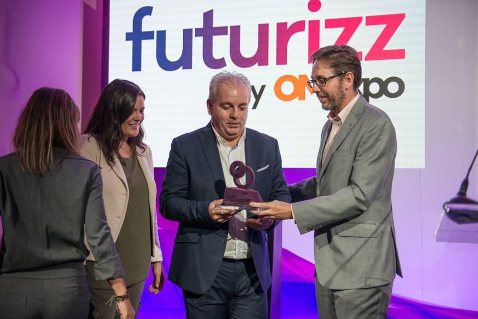 fernandorivero-ditrendia-digital-awardzz-2016-entraga-premio-a-la-ocu