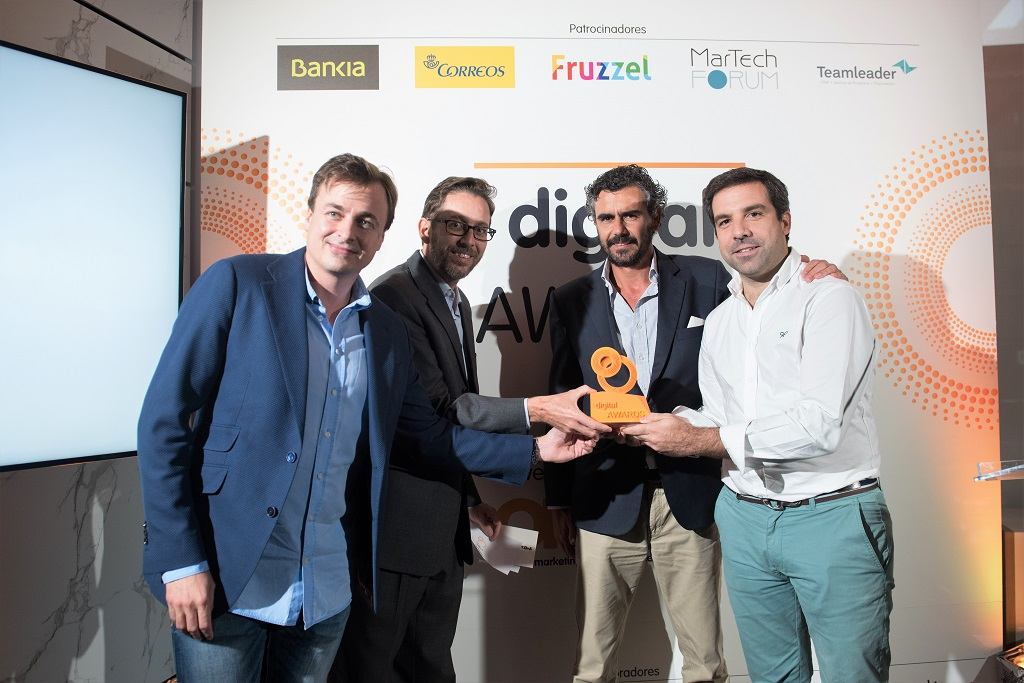 Fernando Rivero, CEO de ditrendia, entrega el premio a Mutua Madrileña, Mediacore y Smart4ads en los Digital Awards 2017